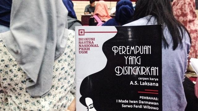 """Buku berisi cerpen """"Cerpen Perempuan yang Disingkirkan"""" yang dibagikan sebelumnya  oleh penyelenggara acara."""