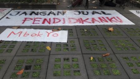 """JANGAN JUAL PENDIDIKANKU #MBOK YO"" (foto: Reg/MHK)"