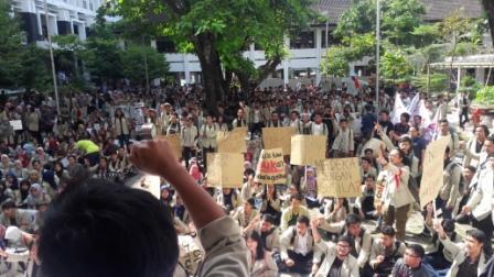 Massa mahasiswa menyuarakan aspirasi mereka. (foto: Reg/MHK)