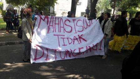 """""""MAHASISWA TIDAK DITUNGGANGI"""" (foto: Reg/MHK)"""