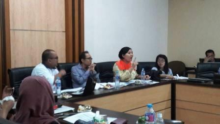 Panel juri berdiskusi dengan peserta Juris Gentium Law Review (Foto: Chenny)