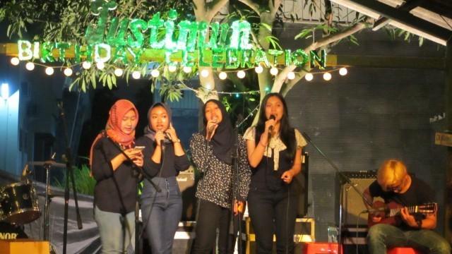 ALSA Singer turut memeriahkan pesta ulang tahun Justimun yang ke-14 di halaman Sanggar APAKAH.
