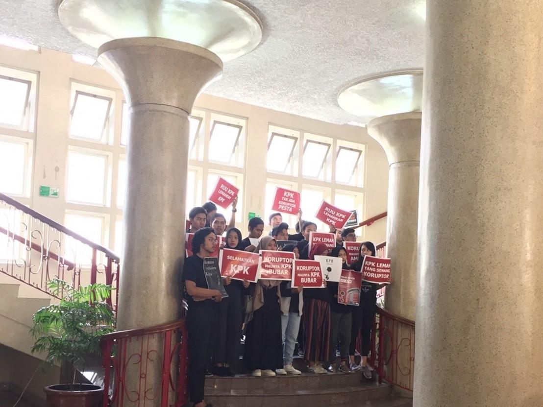 Lima Tuntutan Aksi Tolak Pelemahan KPK di Balairung UGM