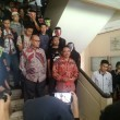 Setelah seminar usai, dua perwakilan Badan Keahlian DPR disambut oleh masa aksi di depan Gedung 3 FH UGM.
