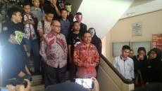 Setelah seminar usai, dua perwakilan Badan Keahlian DPR disambut oleh masa aksi di depan Gedung 3 FH UGM.